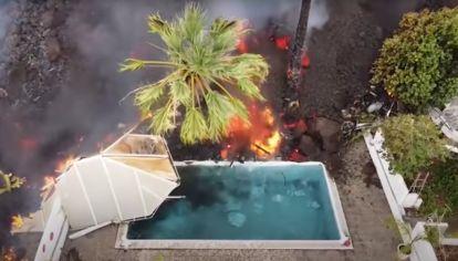 Lenguas de lava que ingresan a las piscinas en isla La Palma