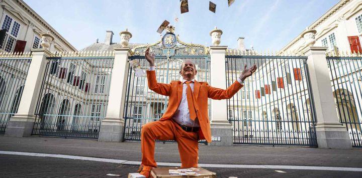 Oranjefan Johan Vlemmix actúa fuera del Palacio Noordeinde con motivo de