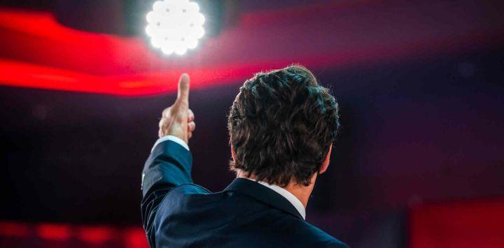 El primer ministro canadiense, Justin Trudeau, levanta el pulgar cuando llega para pronunciar su discurso de victoria después de las elecciones parlamentarias anticipadas en el FairmountQueen Elizabeth Hotel en Montreal, Quebec.