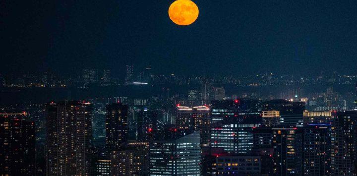 La luna llena se ve desde el mirador de RoppongiHills en Tokio.