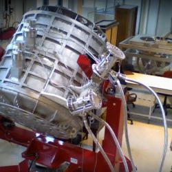 El telescopio de alta tecnología se construyó, por partes, en laboratorios de diferentes institutos radicados en la Argentina, Francia, Inglaterra, Irlanda, Italia y Reino Unido.