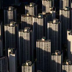 La vista general vista desde el rascacielos LotteWorld Tower de 123 pisos muestra edificios residenciales en Seúl. | Foto:AFP