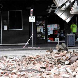 Un funcionario de emergencias y rescate examinó el daño a un edificio en la popular calle comercial Chapel Street en Melbourne, luego de un terremoto de magnitud 5.9.  | Foto:AFP