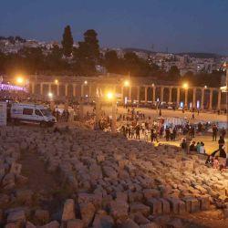 La gente llega al patio principal de la antigua ciudad romana de Jerash, una atracción popular a 50 km. al norte de la capital de Jordania, Ammán, para asistir a la inauguración del Festival anual de cultura y arte de Jerash.  | Foto:AFP