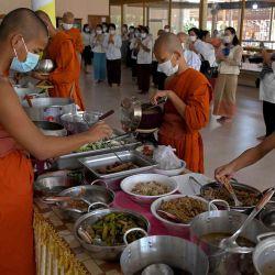 Los monjes budistas recolectan comida para el almuerzo durante el festival Pchum Ben (Festival de la Muerte) en una pagoda en Phnom Penh.  | Foto:AFP