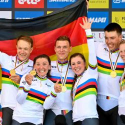 El equipo alemán ganador celebra en el podio después de la contrarreloj por equipos de relevos mixtos de 44,5 km de Knokke a Brujas, en el cuarto día del Campeonato del Mundo UCI de Ciclismo en Ruta Flandes 2021, en Brujas. | Foto:AFP