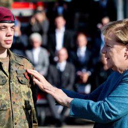 La canciller alemana, AngelaMerkel, premia a un soldado durante un pase de lista militar de la operación de evacuación militar (MilEvakOp), en Seedorf, en el norte de Alemania.  | Foto:AFP