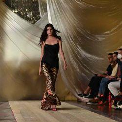 Una modelo luce una creación para la colección Mujer Primavera-Verano 2022 de Roberto Cavalli presentada durante la Semana de la Moda de Milán. | Foto:AFP