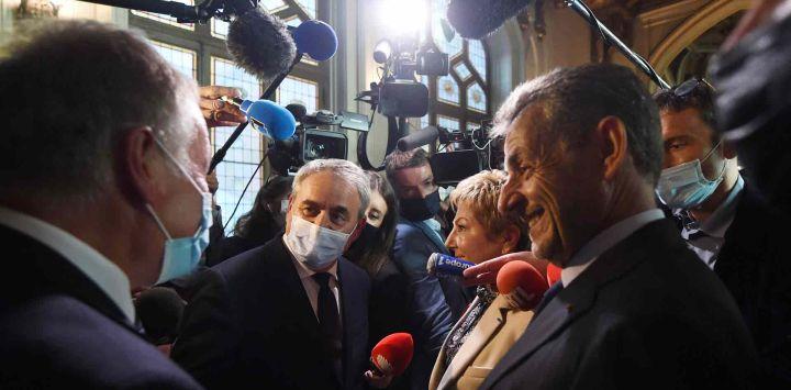 El candidato de derecha francés para las elecciones presidenciales de 2022 Xavier Bertrand, el alcalde de Calais Natacha Bouchart y el ex presidente francés Nicolas Sarkozy hablan con la prensa al margen de una ceremonia de la Legión de Honor en el ayuntamiento de Calais.