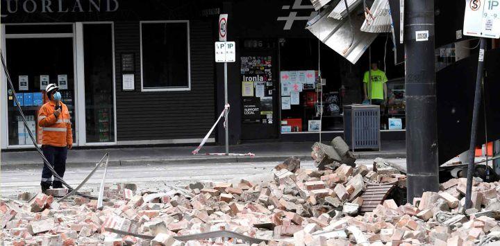 Un funcionario de emergencias y rescate examinó el daño a un edificio en la popular calle comercial Chapel Street en Melbourne, luego de un terremoto de magnitud 5.9.