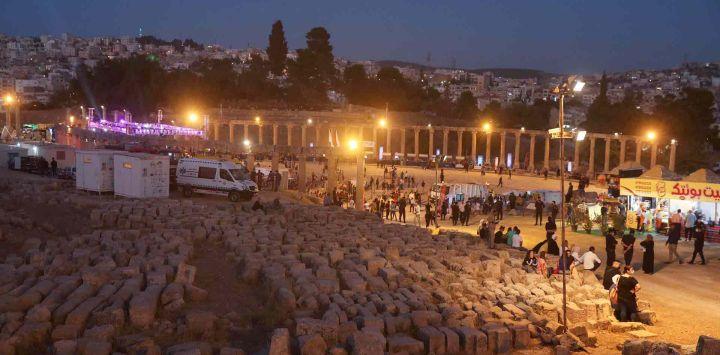 La gente llega al patio principal de la antigua ciudad romana de Jerash, una atracción popular a 50 km. al norte de la capital de Jordania, Ammán, para asistir a la inauguración del Festival anual de cultura y arte de Jerash.