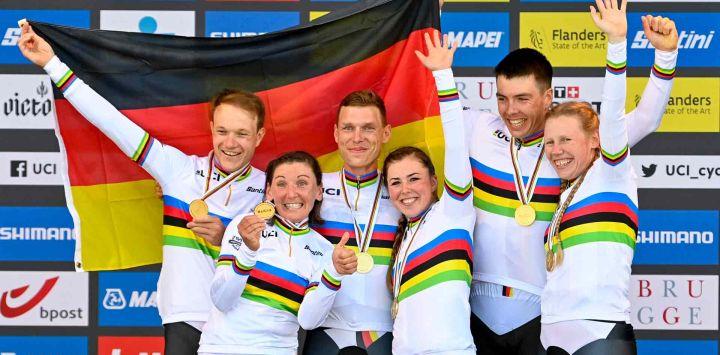 El equipo alemán ganador celebra en el podio después de la contrarreloj por equipos de relevos mixtos de 44,5 km de Knokke a Brujas, en el cuarto día del Campeonato del Mundo UCI de Ciclismo en Ruta Flandes 2021, en Brujas.