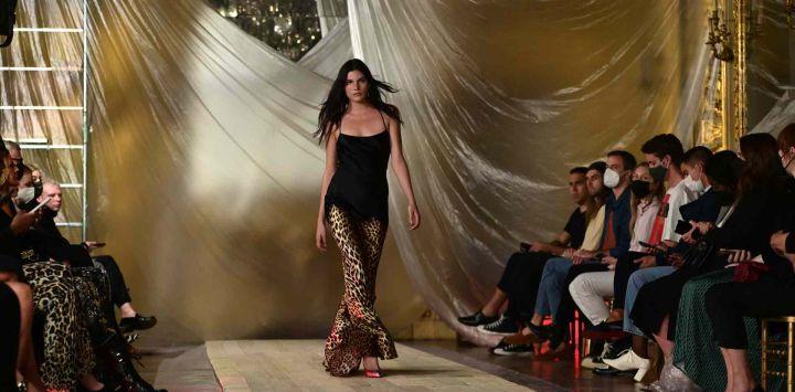 Una modelo luce una creación para la colección Mujer Primavera-Verano 2022 de Roberto Cavalli presentada durante la Semana de la Moda de Milán.