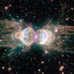 Cuando una estrella muere, expulsa una masa de gas y polvo, conocida como su envoltura, al espacio