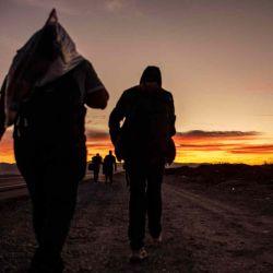 Migrantes venezolanos caminan hacia Iquique desde Colchane, Chile, luego de cruzar desde la frontera con Bolivia. | Foto:AFP