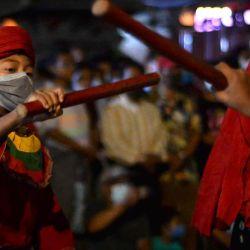 Jóvenes bailarines tradicionales actúan en el último día del Festival Indra Jatra en Katmandú. | Foto:AFP