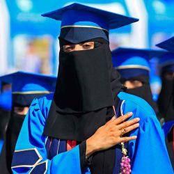 Estudiantes yemeníes asisten a la ceremonia de graduación en una universidad en la capital de Yemen, Sanaa. | Foto:AFP