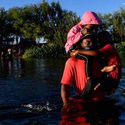 Migrantes haitianos cruzan el río Grande visto desde Ciudad Acuña, estado de Coahuila, México.  | Foto:AFP