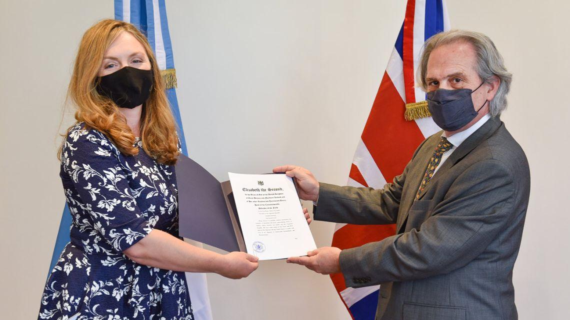 British Ambassador to Argentina Kirsty Hayes presented her credentials to Secretary of Foreign Affairs Secretary Pablo Tettamanti at the Palacio San San Martín on Thursday.