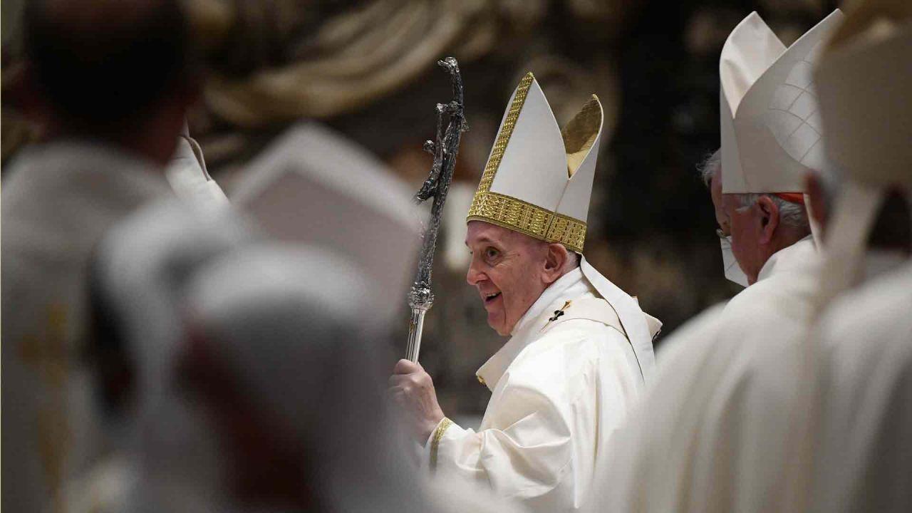 El Papa Francisco sale al final de una Santa Misa dentro del Consejo Plenario de las Conferencias Episcopales Europeas,en la Basílica de San Pedro en el Vaticano | Foto:AFP