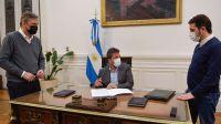 Massa firma el regreso a la presencialidad en la Cámara Baja, junto al secretario parlamentario, Eduardo Cergnul, y el secretario administrativo, Rodrigo Rodríguez.
