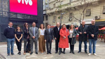 Momentos de la firma del acuerdo que gesta el nacimiento de Vivo.perfil.com junto al Obelisco porteño.