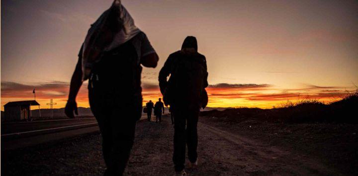 Migrantes venezolanos caminan hacia Iquique desde Colchane, Chile, luego de cruzar desde la frontera con Bolivia.