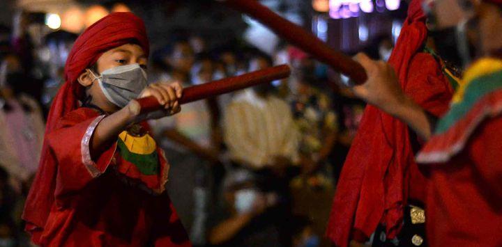 Jóvenes bailarines tradicionales actúan en el último día del Festival Indra Jatra en Katmandú.