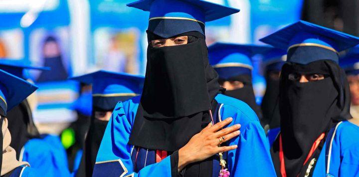 Estudiantes yemeníes asisten a la ceremonia de graduación en una universidad en la capital de Yemen, Sanaa.