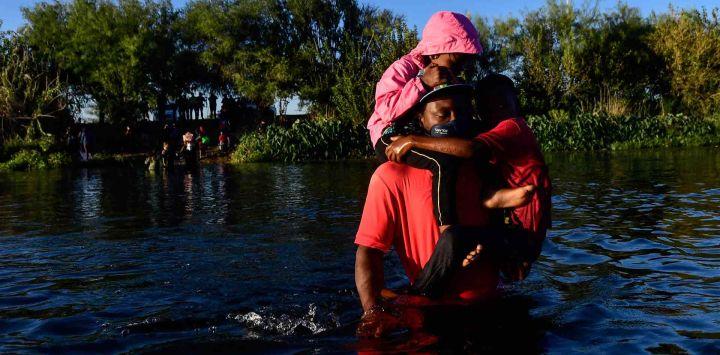 Migrantes haitianos cruzan el río Grande visto desde Ciudad Acuña, estado de Coahuila, México.