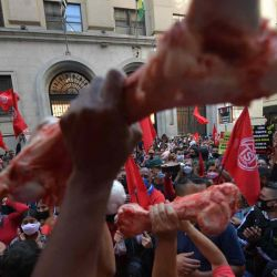 Activistas del Movimiento de Trabajadores sin Hogar (MTST) asaltan la sede de la bolsa de valores de Sao Paulo, Brazil.  | Foto:AFP