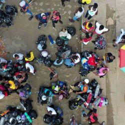 Vista aérea de migrantes varados de Haití en un campamento improvisado en Necoclí, Colombia. | Foto:AFP