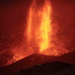 El volcán Cumbre Vieja en El Paso arroja lava como se ve desde Los Llanos de Aridane en la isla canaria de La Palma, España. | Foto:AFP