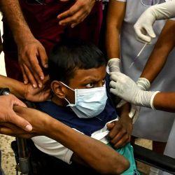 Un trabajador de la salud vacuna a un niño con una dosis de la vacuna Pfizer-BioNTech contra el coronavirus Covid-19 en un hospital infantil en Colombo.  | Foto:AFP