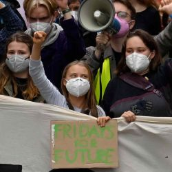 Activistas climáticas marchan durante una huelga climática global de FridaysforFuture en Berlín.  | Foto:AFP