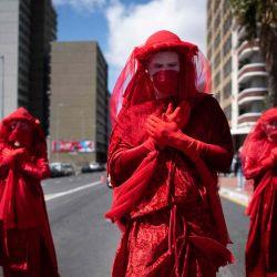 Un grupo de actuación llamado Red Rebels se une a cientos de personas que participan en una protesta de Huelga Climática Global en Ciudad del Cabo.  | Foto:AFP