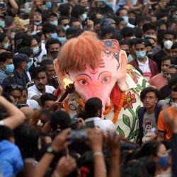 Los bailarines de máscaras tradicionales, conocidos localmente como Pulukisi, actúan el último día del festival Indra Jatra en HanumanDhoka, en Katmandú.  | Foto:AFP