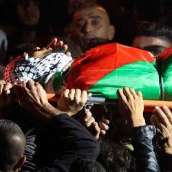 Los dolientes llevan el cuerpo de Mohammed Khabisa, un palestino que fue asesinado a tiros por las tropas israelíes, durante su funeral en la aldea de Beita, en Cisjordania.    Foto:AFP