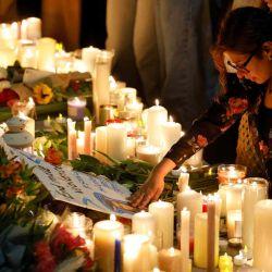 Los simpatizantes encienden velas en medio de tributos florales durante una vigilia por la maestra de 28 años Sabina Nessa, cuyo cuerpo fue encontrado cerca del centro comunitario Onespace, en PeglerSquare, Kidbrooke en el sureste de Londres.   Foto:AFP