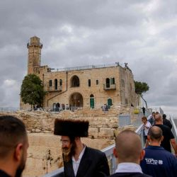 La gente visita el sitio arqueológico de la Tumba de Samuel en la aldea de Nabi Samuel entre Ramallah y Jerusalén en la ocupada Cisjordania.   Foto:AFP