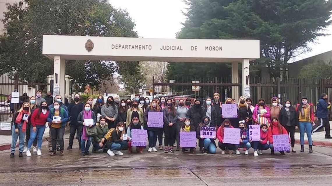 Demonstrators gather outside the court in Morón, calling for justice.