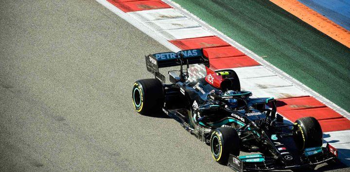 El piloto finlandés de Mercedes, ValtteriBottas, conduce su coche durante la segunda sesión de entrenamientos para el Gran Premio de Rusia de Fórmula Uno en el circuito de Sochi.