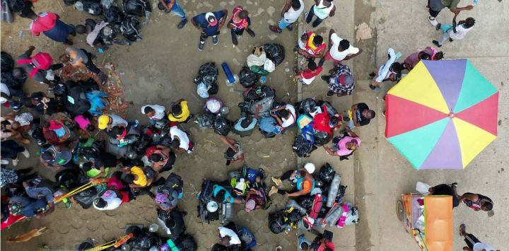 Vista aérea de migrantes varados de Haití en un campamento improvisado en Necoclí, Colombia.