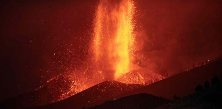 El volcán Cumbre Vieja en El Paso arroja lava como se ve desde Los Llanos de Aridane en la isla canaria de La Palma, España.