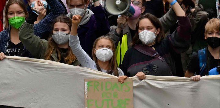 Activistas climáticas marchan durante una huelga climática global de FridaysforFuture en Berlín.