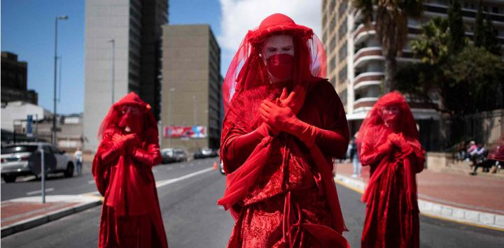 Un grupo de actuación llamado Red Rebels se une a cientos de personas que participan en una protesta de Huelga Climática Global en Ciudad del Cabo.