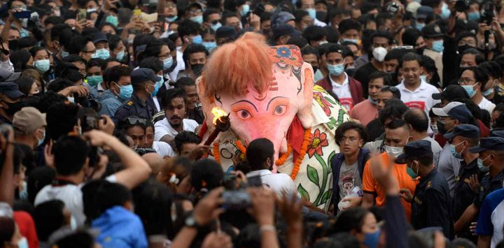 Los bailarines de máscaras tradicionales, conocidos localmente como Pulukisi, actúan el último día del festival Indra Jatra en HanumanDhoka, en Katmandú.