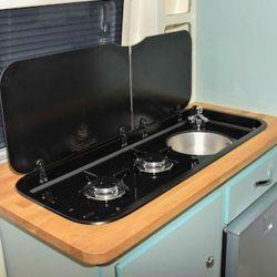 La cocina se encuentra dividida en dos, una parte a cada lado.