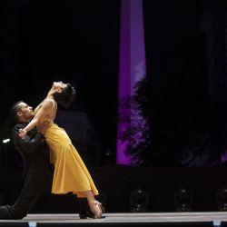 Edgar Tobares y Rosalía Alvarez bailan tango durante la final de la categoría Tango Escenario en el escenario montado sobre la Diagonal Roque Sáenz Peña frente al Obelisco en el marco del Mundial de Tango de Buenos Aires, en la ciudad de Buenos Aires. | Foto:Xinhua / Martín Zabala