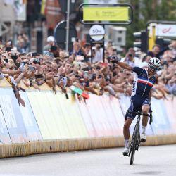 El francés Julian Alaphilippe celebra al cruzar la línea de meta para ganar la carrera de ciclismo en ruta élite masculina, de 268,3 km de Amberes a Lovaina. | Foto:Kenzo Tribouillard / AFP
